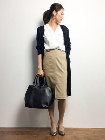 シンプルなシャツとタイトスカートのコーデにロングカーデを取り入れて、柔らかくも知的なコーデに。