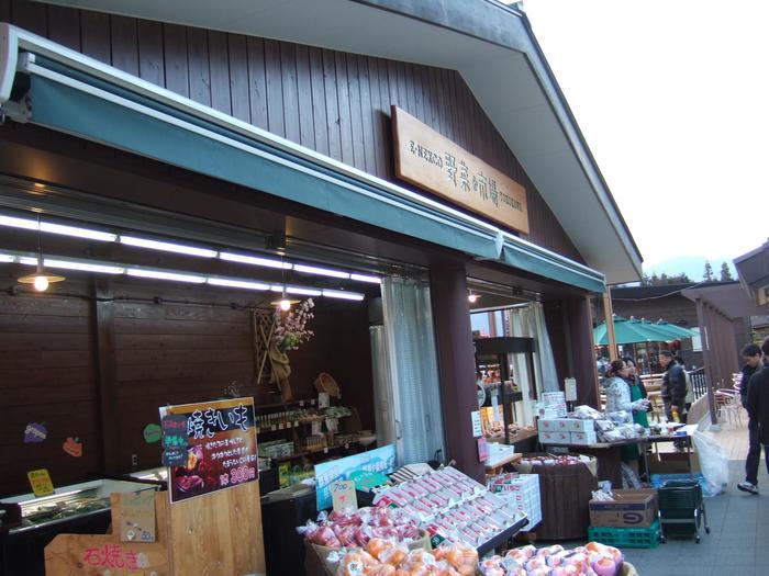 """""""食""""の買い物なら、「E-NEXCO野菜市場」へ行ってみましょう。地元の長野や群馬で収穫された野菜や果物といった新鮮な農産物が色とりどりに並んでいます。"""