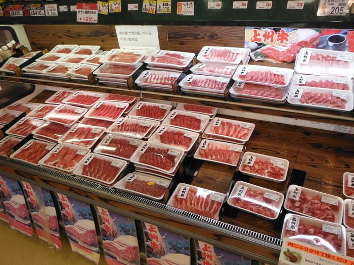 農産物直売所の他に、人気を博しているのが、群馬県食肉卸売市場直営の精肉店「肉の駅」です。 上州和牛や上州麦豚などの地元銘柄肉、ハムやチャーシューといった加工品が、都心部よりもリーズナブルな価格で販売されています。