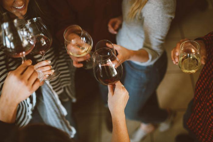 「とりあえず、乾杯!」そんな気軽な合言葉が似合うホームパーティー。持ち寄りにすれば、ホストの負担が軽くなるだけでなく、料理も話題の1つになったり、美味しいお店を紹介し合えたり...新しい発見や楽しみも増えるもの。ただ、皆が心置きなくパーティーを満喫するために、幾つか気を付けておきたいこともあります。ホームパーティーの心得として、ポイントを抑えておきましょう。