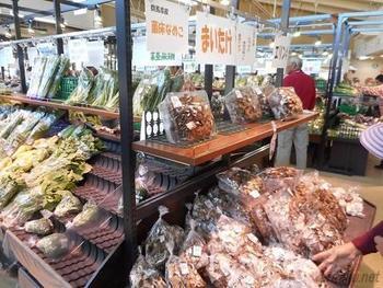 農産物直売所「アグリプラザ藤岡」では、地元で収穫された野菜や果物が様々に並ぶだけでなく、地元米や地粉といった穀物類も種類豊富に陳列されています。