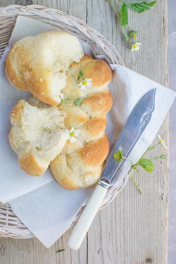 ところで、グルテン(小麦)といったら、思い浮かぶのがパンではないでしょうか…。 「グルテンフリー」ということは、パンはNG?そんなことはありません。小麦粉を米粉に置き換えるだけで、とっても美味しい「グルテンフリーの」パンを楽しむことが出来ます。ここでは、手ごね不要、簡単に混ぜて焼くだけの米粉を使ったパンレシピをご紹介したいと思います。