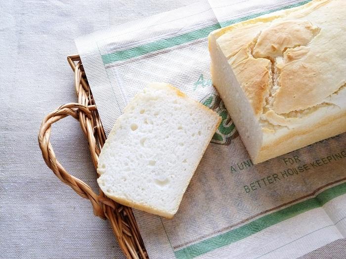 こちらは、ドライイーストで作る米粉食パンのレシピ。生地の材料をグルグルと混ぜて、発酵させて焼くだけなので、パンづくり初心者さんにもおすすめです。 米粉でつくったパンは、もちもち感と、優しいお米の味わいが命。まずは、何も付けづに出来上がりをそのまま味わってみて下さいね!