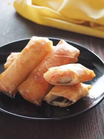 【なすとスモークサーモンとチーズの春巻き】 食感豊かで香ばしい香りが食欲を刺激する揚げ物類は、あると絶対に喜ばれる一品。中でも、春巻きの皮はなかなか便利で、適当な食材を包んで揚げるだけで、豪華なフィンガーフードに。ナスとスモークサーモンの組み合わせは、とろけるような食感が絶妙。思わず夢中になってしまいそうです。