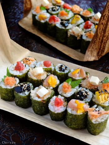 【Onにぎらず】 巻き寿司感覚で作る、にぎらないおにぎり。敢えて具材を中に入れずに、トップにオン!こうすれば、見た目にも楽しいし、どんなフレーバーか一目瞭然。苦手なものを取ってしまう心配もないですよね。