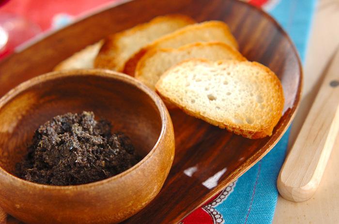 【ブラックオリーブのパテ】 ブラックオリーブにアンチョビ、ケッパーを加えた大人味のパテ。シンプルなのに、奥が深くて、気づけばやみつきに。ちょっとした箸休めにもおすすめです。