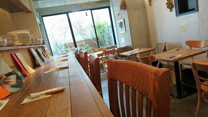 店内は、白い壁とコンクリート打ちっぱなしの壁に、ナチュラルな木目調のテーブルや椅子が並びます。スタイリッシュな空間ながら、温かみを感じる店内で、ゆったりとくつろげます。