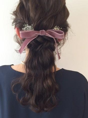 左右の耳上の髪をねじりながら作る襟足の髪を少なめに残したハーフアップスタイル。 可愛らしいイメージのピンク系のリボンでも、くすみカラーを選べば大人っぽく仕上がります。