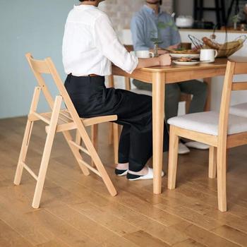 普段、人数分の椅子しか用意していないときに、折りたたみ椅子を収納していればパッと開いてすぐ使い足せるのが定番な使い道。