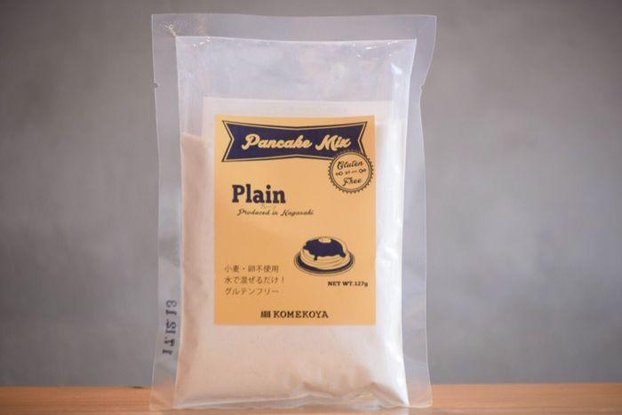 こちらの、米粉屋の作るパンケーキミックス粉は、卵も牛乳も使わずに水を混ぜて焼くだけの手軽さが魅力的! 長崎県産の米粉で作られた生地は、幾度の試行錯誤から生まれた粉の配合により、グルテンを含んでいないのに驚くほど膨らみます! 麦と卵を使わない代わりにバターミルクを配合しているので、しっとりとコクのある仕上がりに…。この1袋で直径約10cmのパンケーキを5枚も焼くことが出来るんだそうです。 どこか昔懐かしい…お母さんが作ってくれたような、安心で優しい味のするおすすめのパンケーキです。