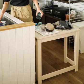 洗い物が多いときや、一時的な荷物置き場として、キッチンでの補助的なサイドテーブルとしても役立ちます。