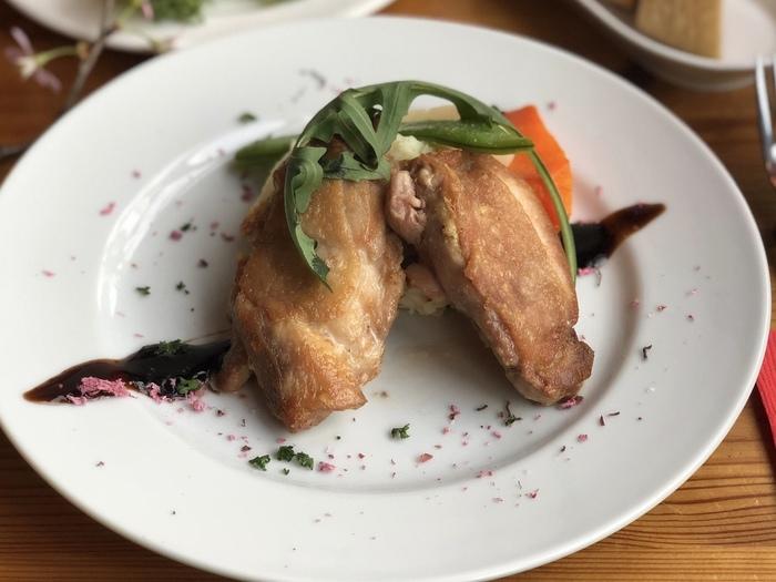 メイン料理の「大山鶏のロースト」は、オーブンでじっくり焼き上げた自慢の一品。