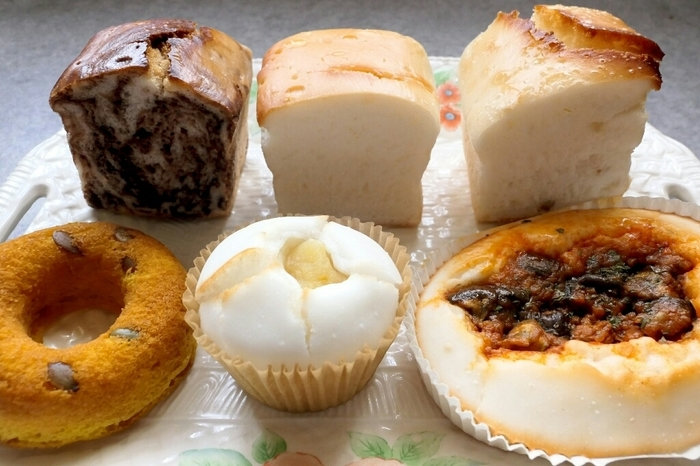 写真は、時計回りで左からココアマーブルパン、プレーン米粉パン、伊予柑ピールパン、茄子とミートソース、レモンあんぱん、かぼちゃドーナツ。どのパンも、「こめひろ」さんならではの独特なもっちり食感が味わえると評判です!