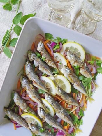 常備菜にもぴったりな、あじのマリネ。魚を揚げずに作るので、とっても楽チン♪香味野菜とレモンがさっぱりとした味に仕上げます。