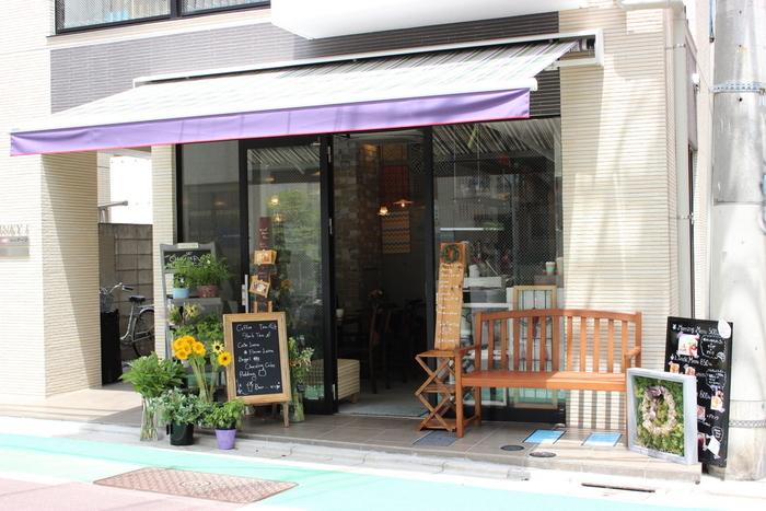 中目黒駅より徒歩約7分。目黒銀座商店街の奥にたたずむお花屋さんに併設されたカフェ「Chou de ruban(シュードゥリュバン)」。花と緑に囲まれる素敵な空間で、美味しいスイーツを食べることができます。