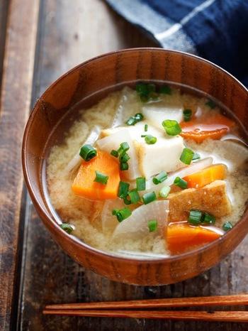具材の大根、にんじんをあらかじめカットして冷凍しておくことで火が通りやすくなり、味も染みやすく!時間のないときにすぐに作れる、味噌スープの時短レシピです。