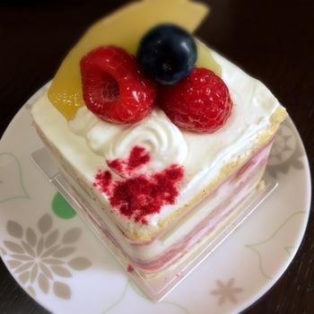 季節のフルーツを使ったショートケーキは、甘さ控えめで上品な風味。