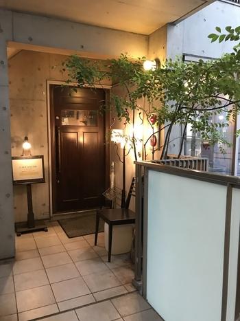 中目黒駅より徒歩約2分。ビルの2階にある隠れ家的カフェ「CAFE FACON (カフェ ファソン)」。 落ち着いた雰囲気なので、ひとりでゆっくり過ごしたい時にもおすすめのカフェです。