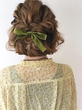 両サイド耳上の髪をねじりながらロープ編みし、後ろの結び目にリボンをプラス。 モスグリーンのベロアリボンが、レトロなブラウスとも素敵にマッチしています。
