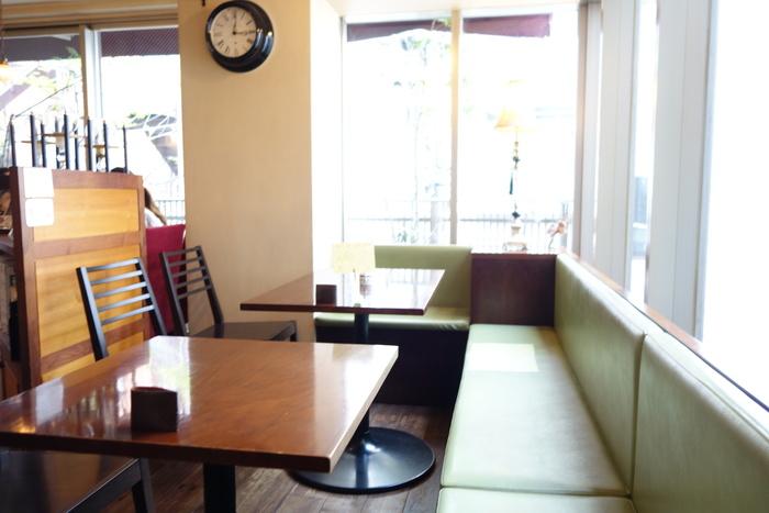 全面窓の明るい店内に、ゆったりとしたソファ席があり、落ち着いた居心地の良い空間。ひとりで過ごすお客さんも多いので安心。