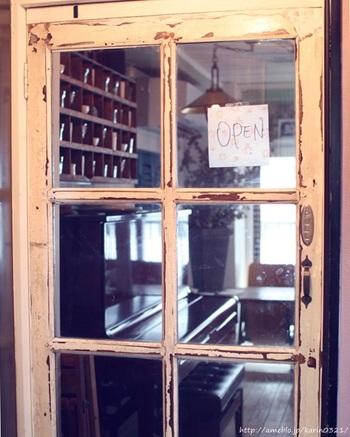 中目黒より徒歩約7分。山手通りにある雑居ビルの3〜4階にある、隠れ家的カフェ、「L'Hirondelle(リロンデル)」。異国情緒溢れる空間でまったりとしたい方におすすめです。