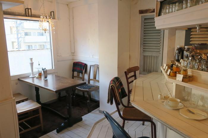 白を基調とした店内は、可愛いアンティーク家具や雑貨で飾られ、パリの食堂を思わせるような可愛らしいデザイン。大きな窓からは日差しがふり注ぎ、爽やかな印象です。