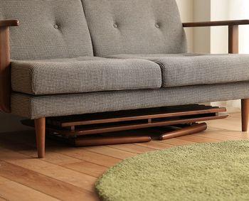 折り畳むことができる家具なので、使わないときにはコンパクトに収納ができます。狭いお部屋を少しでも広く使いたいときや、来客があるからお部屋を広くしたいなどの緊急時にも、折り畳み家具だと空きスペースをつくれるのがうれしいですね。
