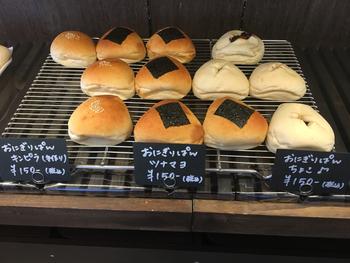 """おにぎりの形をした、その名も""""おにぎりパン""""は、チョコ、ツナマヨ、きんぴらの三種類。 きんぴらはこちらの手作りなんだそうです!お子さまが喜びそうな可愛らしいおにぎりパン。行楽の秋のお供にもぴったりですね♪"""