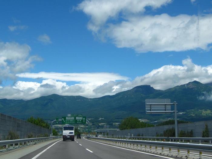 【藤岡JCTから新潟上越JCT へと至る「上信越自動車道」は、山岳が連なる景色が素晴らしい高速道路。】