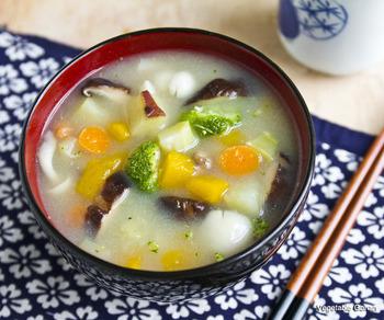 食物繊維がいっぱい採れる、さつまいもとキノコを使った野菜たっぷりの味噌スープ。作り方は簡単!具材と調味料をお鍋に入れて煮込むだけ。具沢山なのでこのスープ一杯だけでしっかりとまんぷくに。