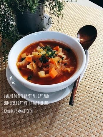 こちらも野菜たっぷり!トマトの酸味が豊かなダイエットスープ。たまねぎ、にんじん、セロリなどの野菜を細く1cm角に切り、オリーブオイルで軽く炒めてから、じっくりと煮込んでいきます。