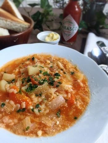本格的なもち麦スープも、レトルトのナポリタンの素を使えば簡単に!野菜の旨みがこっくりと美味しく、身体もあたたまるレシピです。