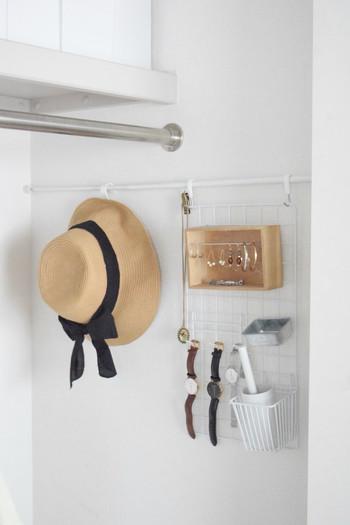100均のつっぱり棒をクローゼットの横の壁に取り付けてフックを掛ければ、帽子を引っ掛けて収納できます。空いたスペースを上手に使った収納アイデアです。