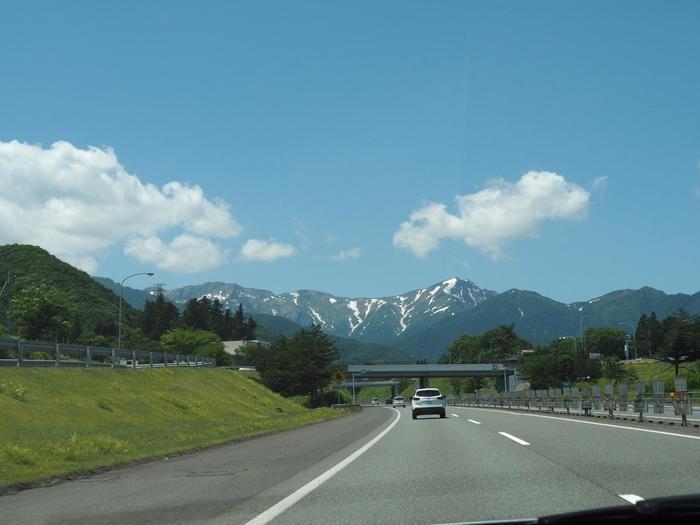 関越自動車道は、東京・練馬ICから、埼玉、群馬を経て、新潟ICまでを繋ぐ高速道路。沿線には、川越や榛名湖といった名所や、伊香保・四万・水上などの有名温泉地があります。【関越自動車道下り(正面は谷川岳)】