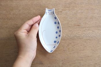 例えばこちらは、猫の丸いフォルムがそのまま形になった「子ネコ皿」。いつもの食事はもちろん、おもてなしにさりげなく使うのも素敵ですね。