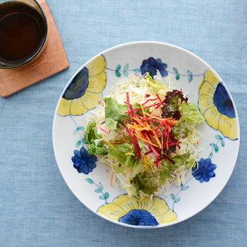 若い職人さんが数多く在籍する【九谷青窯(くたにせいよう)】。従来の九谷焼のような絢爛さではなく、普段の食卓に馴染む優しい色使いが人気を呼んでいます。