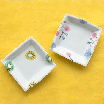 【九谷青窯】は一人一人の職人さんが自由に制作するスタイルなので、デザインも様々。色絵のタッチなどで好みのアイテムを選べるのが楽しいですよ。