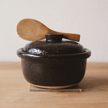 【萬古焼】の4つの窯元が集まって誕生した【4th-market(フォースマーケット)】。シンプルなのにどこか目を引くアイテムが多く、耐熱性の高さを活かした調理道具や食器などが揃っています。