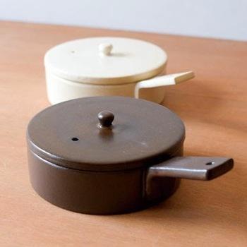 一方、こちらはフライパン型の「ポワレ」。直火・オーブン・電子レンジと幅広く使えるので、様々な料理に適しています。