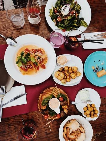 大体メンバーが決まったら、何となくでもいいので、料理のテーマを決めてみましょう。たとえば、今日はイタリア式にとか、中華でワインはどう?とか、バル風居酒屋メニューで...といった具合に。こうするとゲスト側からも、合わせたいものや飲み物について、色んなアイディアが出てきます。テーマが決まっていると、実際に持ち寄ったときの見栄えも統一感が出ますし、何より「持ち寄ること」自体のイベント感が増して楽しいですよ。