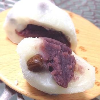 ボリュームいっぱいのこしあんを包み込むのは、ふっくらと厚めのお餅の皮。練り込まれたお豆は、程良く塩味が効いていて、こしあんの甘さとしっかりとマッチ。東京で3本の指に入るといわれているのも納得の美味しさです。