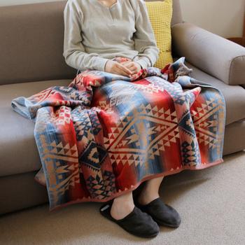 「アメリカの良心」とよばれるペンドルトンのブランケットは温かみのあるカラーリングが特徴的です。女性だけではなく男性でも使えるデザインなので、家族が集まるリビングのソファなどに置いておくと家族から喜ばれます。