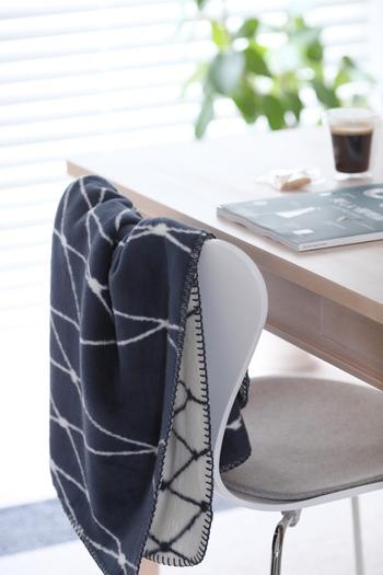 ひとりがけの椅子の背にかけておくのも、便利。ダイニングチェアにかけておけば、ちょっとした作業のときにも快適に過ごすことができるようになりますね。
