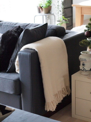 ソファにブランケットをかけておくのは定番中の定番。ブランケットはやっぱりソファで使うことが多いので、すぐに手が届くところにあると安心できます。