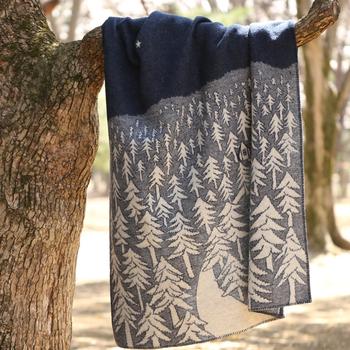 ミナペルホネンの皆川明さんがデザインしたこちらのブランケットは深く静かな森が描かれています。たっぷりとしたウールなので、真冬の寒さもしのげます。