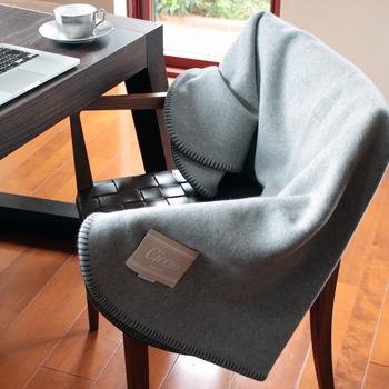 イタリア毛織物工業の三大中心地のひとつであるプラートでつくられた100%ウールのブランケットは厚手でしっかりとしているので、ソファや椅子での使用のほか、ベッドで上掛けとしても使うことができます。手触りの良さでいかに上質なブランケットかがよくわかります。