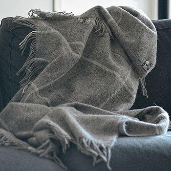 デンマークを代表するシルケボーのブランケットです。スウェーデンの希少種の羊毛を使っており、ウールの中でも保湿効果の高いアイテムです。身にまとっているだけで、癒されてしまいそうです。