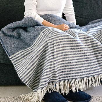 細いボーダーラインが爽やかな印象のブランケットですね。ソファでうたた寝するときには、大きく広げてたっぷりとしたボリューム感を楽しみたくなります。