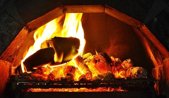 """ハロウィンでは命のシンボルである「木の実」も大切にされます。ハロウインその物を""""ナッツクラックナイト(木の実割りの夜)""""という呼び方をする事もあります。ナッツを使った占いの一つは、結婚を控えた人が「くるみ」または「ヘーゼルナッツ」を2つ、暖炉の熾火にくべてキレイに弾ければ続いていく愛の証で、弾けずに燃えた時は愛も燃え尽きる証だとか。"""