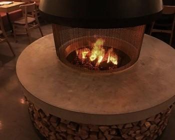 暖炉は発生させた水蒸気にオレンジ糸の光を当て、炎を演出したもの。熱くなることなく、1年じゅう炎が楽しめます。